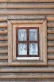Ventana y frontside rústicos de la cabaña con los tableros horizontales Imagenes de archivo