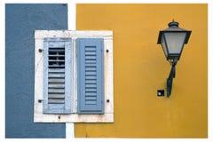 Ventana y lámpara Foto de archivo libre de regalías