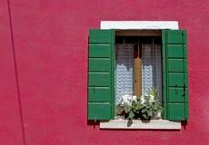 Ventana y pared coloridas - Burano - Venecia Imagen de archivo libre de regalías