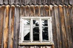 Ventana y pared de la casa de madera abandonada vieja Foto de archivo
