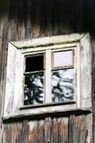 Ventana y pared de la casa de madera abandonada vieja Fotos de archivo