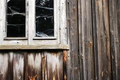 Ventana y pared de la casa de madera abandonada vieja Imagenes de archivo