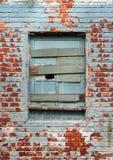 Ventana y pared de ladrillos viejas Foto de archivo libre de regalías