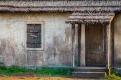 Ventana y puerta de la casa de los pobres del pueblo rural Fotografía de archivo libre de regalías