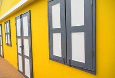 Ventana y puerta en la pared amarilla Foto de archivo libre de regalías