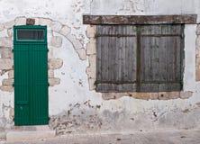 Ventana y puerta viejas con los obturadores de madera Fotografía de archivo libre de regalías