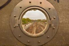 Ventana y trainrails industriales quebrados Imagen de archivo