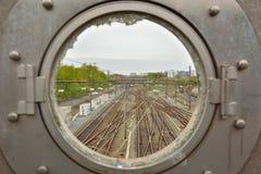 Ventana y trainrails industriales quebrados Fotos de archivo