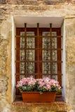 Ventanas adornadas en las calles medievales de San Gimignano Fotografía de archivo