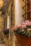 Ventanas adornadas en las calles medievales de San Gimignano Foto de archivo