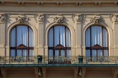 Ventanas adornadas hermosas de la casa municipal en Praga, representante checo fotos de archivo