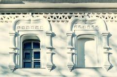 Ventanas adornadas viejas del estilo eslavo tradicional en el campanario de la catedral del ` s de Sophia del santo en Veliky Nov Foto de archivo