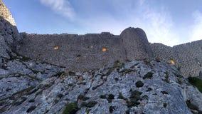 Ventanas anaranjadas misteriosas en ruinas del castillo en Peyrepertuse en Francia fotos de archivo libres de regalías