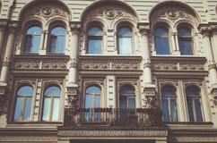 Ventanas antiguas del edificio Foto de archivo libre de regalías