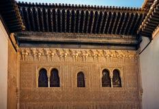 Ventanas antiguas del palacio de Comares - Foto de archivo libre de regalías