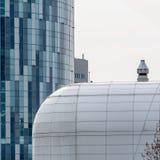 Ventanas ascendentes cercanas del edificio del extremo Opinión horizontal COM moderna Fotos de archivo