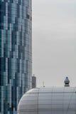 Ventanas ascendentes cercanas del edificio del extremo Vista vertical del comme moderno Imagen de archivo