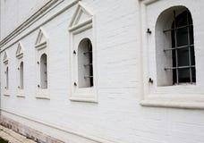 Ventanas barradas en la pared de ladrillo blanca Imagen de archivo libre de regalías