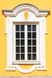 Ventanas blancas de la arquitectura hermosa con el marco decorativo fotografía de archivo