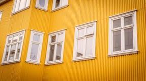 Ventanas blancas en una fachada amarilla Imágenes de archivo libres de regalías
