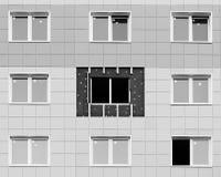 ventanas blancos y negros de la foto en una casa nuevamente construida emparede la estructura con la fibra material no combustibl Fotografía de archivo libre de regalías
