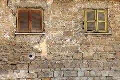 Ventanas bloqueadas viejas en pared del vintage Fotos de archivo