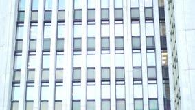 Ventanas cerradas múltiples en un edificio de oficinas de la falta de definición grande, blanca, fondo geométrico con las porcion almacen de video