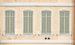Ventanas clásicas en Marsella Foto de archivo libre de regalías
