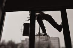 Ventanas clenaing del hombre - visión por dentro de la oficina Fotos de archivo