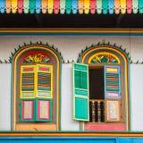 Ventanas coloridas en una casa en la poca India, Singapur Fotos de archivo