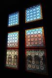 Ventanas coloridas medievales: Castillo de Hunedoara, Rumania Foto de archivo libre de regalías