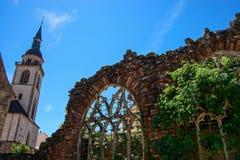 Ventanas coloridas medievales viejas del plomado-cristal en estilo gótico Foto de archivo