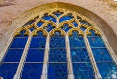 Ventanas coloridas medievales viejas del plomado-cristal en estilo gótico Fotografía de archivo
