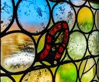 Ventanas coloridas medievales viejas del plomado-cristal en estilo gótico Fotos de archivo