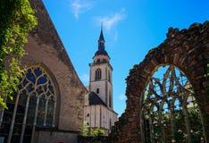 Ventanas coloridas medievales viejas del plomado-cristal en estilo gótico Imagen de archivo