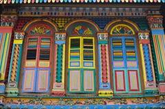 Ventanas coloridas tradicionales únicas en la poca India, Singapur Foto de archivo