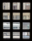 Ventanas cuadradas en la puerta Vidrio con el cartabón imagen de archivo