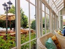 Ventanas de cristal y diseño del tejado de casa del vintage Imagenes de archivo