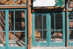 Ventanas de cristal y puertas con los marcos de la turquesa imagen de archivo libre de regalías
