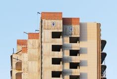 ventanas de la foto en una casa nuevamente construida contra el cielo azul despejado Imagenes de archivo