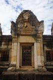 Ventanas de la galería del templo antiguo del Khmer construido de la piedra arenisca roja y de la laterita y dedicado a dios hind imágenes de archivo libres de regalías
