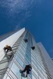 Ventanas de la limpieza del trabajador en altura Imagen de archivo libre de regalías
