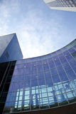 Ventanas de la oficina con el cielo azul Imágenes de archivo libres de regalías