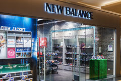Ventanas de la tienda de New Balance en un centro comercial Imagen de archivo
