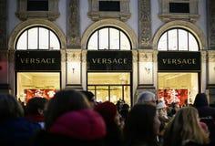 Ventanas de la tienda de la tienda de lujo del boutique de VERSACE en la galería de Vittorio Emanuele II del Galleria en la noche foto de archivo