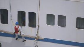 Ventanas de limpieza del buque hospital de la misericordia del hombre, Conakry almacen de video