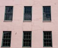 Windows verde en estuco rosado Imágenes de archivo libres de regalías