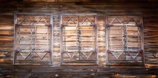 Ventanas de madera viejas con los obturadores cerrados Imagenes de archivo