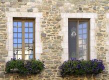 Ventanas de piedra de la casa Foto de archivo libre de regalías