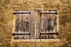 Ventanas de tormenta de madera medievales con la bisagra del metal Foto de archivo libre de regalías